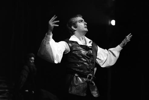 Franco Corelli ne Il trovatore – Scala, 7 dicembre 1962 (Archivio Teatro alla Scala)