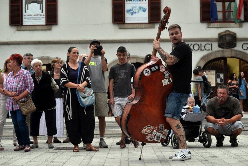 Contrabbasso in strada - credits Bartok Plus Opera Festival
