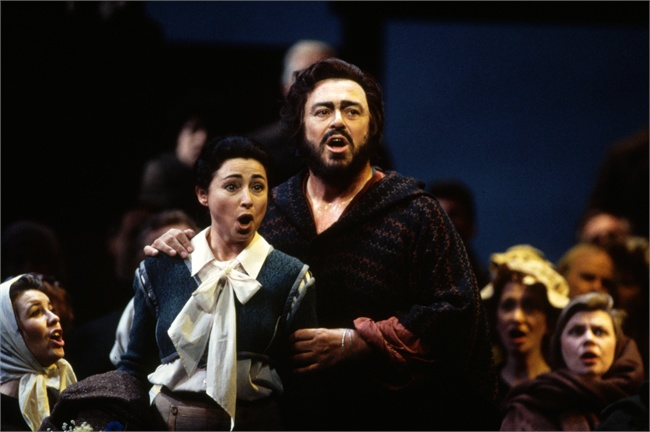 Luciano Pavarotti (Riccardo) con Lillian Watson (Oscar) -  foto Corbis