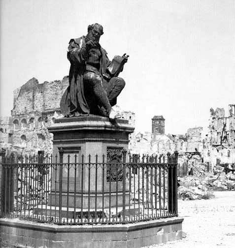 La statua di Hans Sachs dopo i bombardamenti inglesi a Norimberga