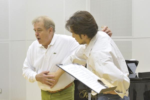 Alberto Cupido durante una lezione di canto
