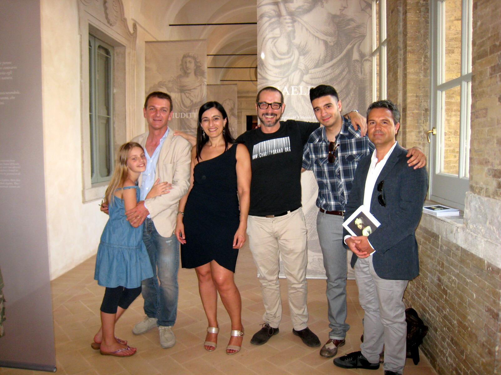 Francesco Micheli e alcuni collaboratori all'allestimento della mostra