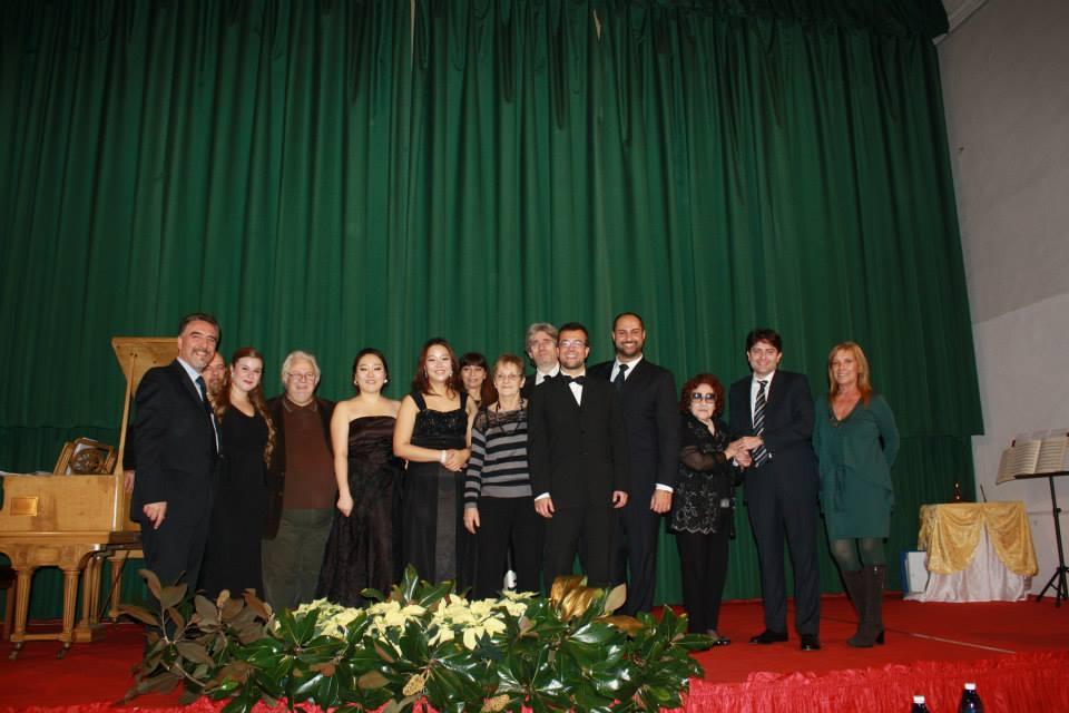foto della giuria con i vincitori del concorso