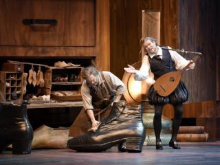 Gerald Finley (Hans Sachs) et Bo Skovhus (Sixtus Beckmesser) ©Vincent Pontet / Opéra national de Paris