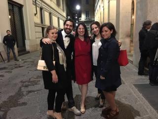 Gabriella con alcuni suoi giovani artisti dopo il concerto dell'Accademia della Scala