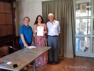 Eva Maria Ruggieri fra Alessandro Corbelli e Walter Vergnano durante la consegna dell'attestato di partecipazione