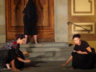 Eva Maria Ruggieri e Eleonora Boaretto, sullo sfondo Vittoria Vimercati - foto OperaClick