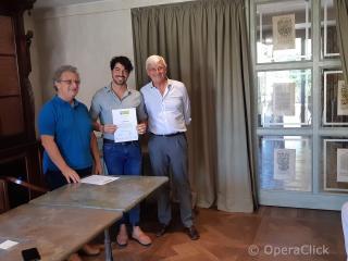 Yuri Guerra fra Alessandro Corbelli e Walter Vergnano durante la consegna dell'attestato di partecipazione
