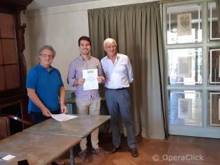 Giacomo Nanni  fra Alessandro Corbelli e Walter Vergnano durante la consegna dell'attestato di partecipazione