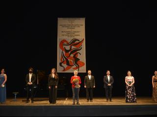 Mariella Devia e i vincitori - foto concessa dell'ufficio stampa del Teatro Belli