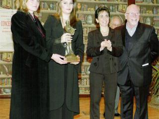 """Il momento della consegna a Barbara Frittoli del Premio """"Città di Varese"""""""
