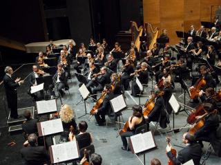Fabio Luisi e l'Orchestra del Maggio Musicale Fiorentino (foto dalla pagina fb del MMF)