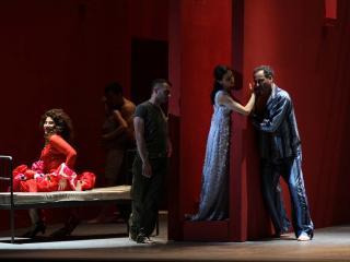 da sx: Giovanna Lanza, Sabina Macculi, Julian Tovey - foto del Teatro Petruzzelli
