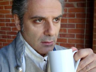 Glyndebourne 2010 Così fan tutte. Don Alfonso in camerino. Autoscatto.