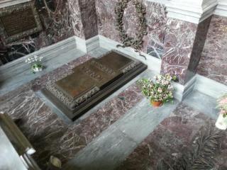 la tomba di Giusppe Verdi posta all'interno della cripta di Casa Verdi