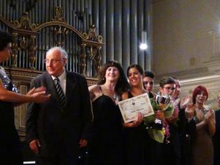 Anna Pennisi - 1a classificata viene premiata da Agostino Ziino - foto di OperaClick