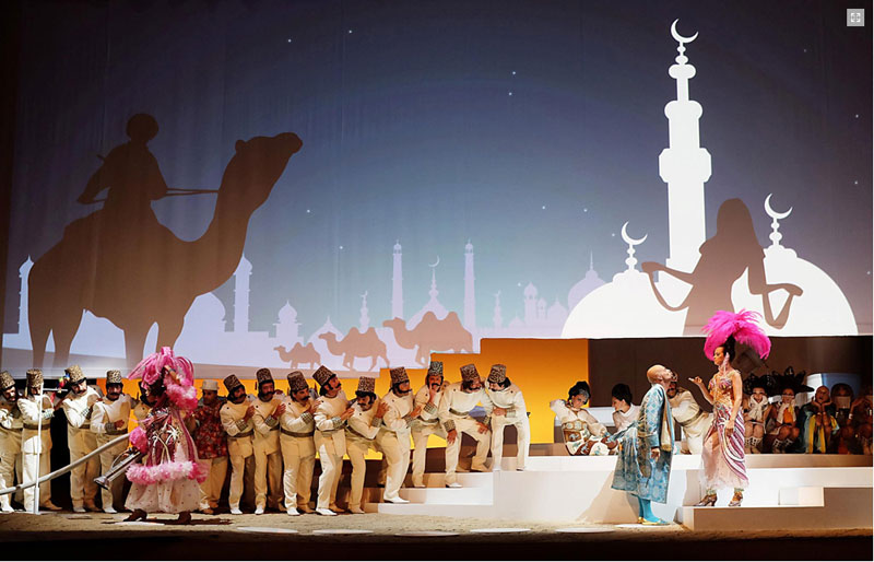 una scena de L'Italiana in Algeri con la regia di Davide Livermore