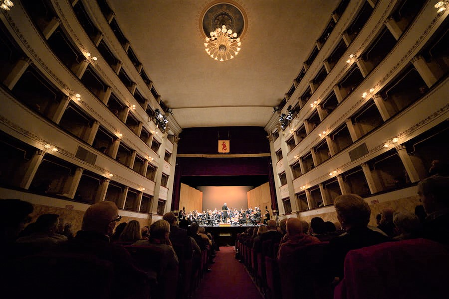L'Orchestra Leonore al Teatro Pacini di Pescia (foto dalla pagina fb della Fondazione Pistoiese Promusica)