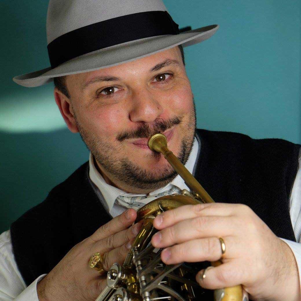 Marco Filippo Romano con il suo amato corno