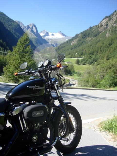 I suoi viaggi in moto. Harley Davidson Nightster 1200 una moto - da Pietro definita -  basso baritono...