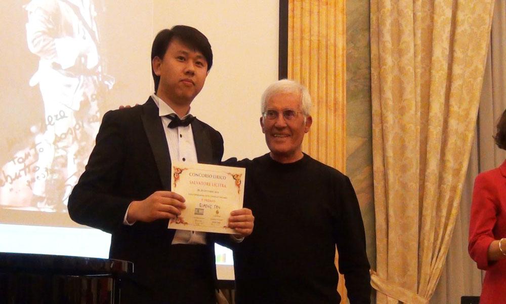 Tan Qipeng premiato da Michele Bandi - foto di OperaClick